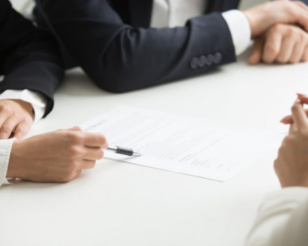 negociaciones-sobre-concepto-terminos-contrato-mano-que-senala-documento-primer_1163-4705